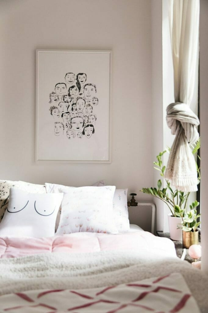 stylowa sypialnia ciekawa grafika nad łóżkiem