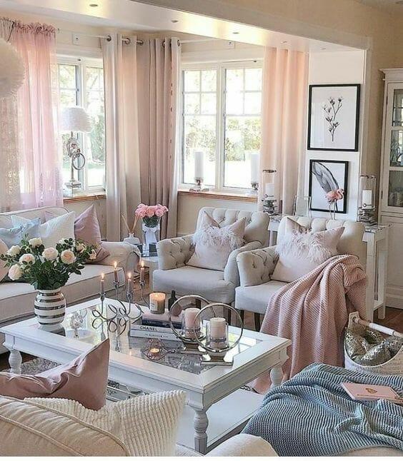 salon shabby chic z różowymi akcentami i metalowymi dodatkami bielone meble