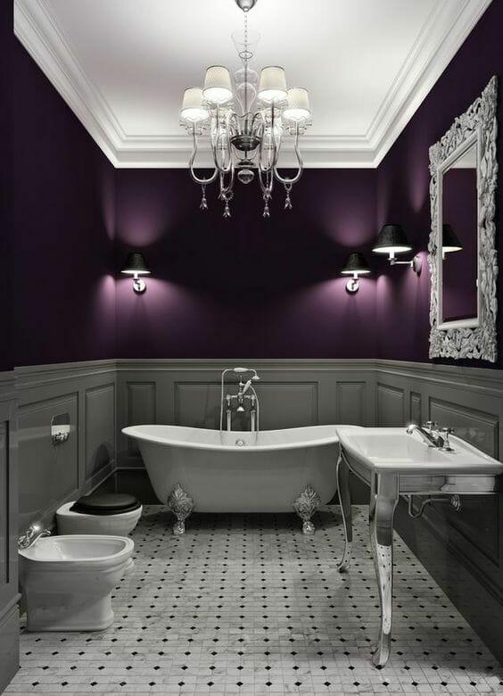łazienka w stylu glamour fioletowa ze srebrnymi dodatkami i bateriami