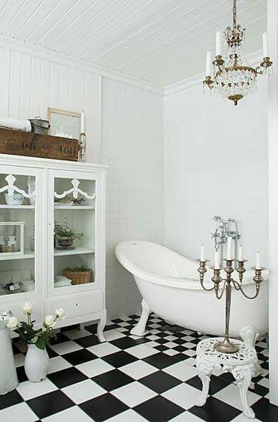 łazienka w stylu glamour wanna wolnostojąca żyrandol w łazience styl rustykalny