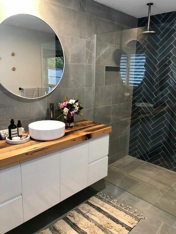 szara łazienka z naturalnymi płytkami
