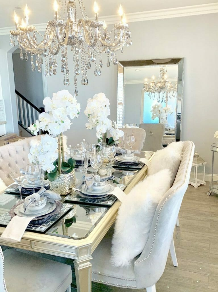 styl glamour kryształowy żyrandol jadalnia welurowe krzesła i srebrna zastawa