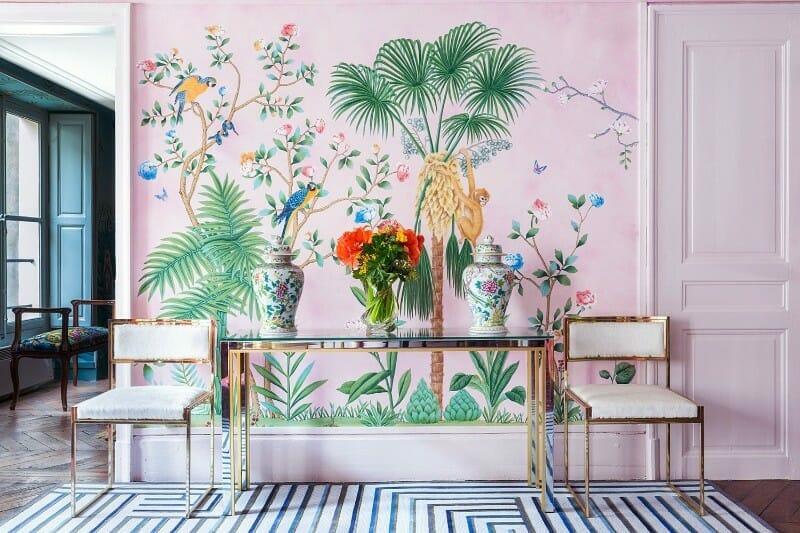 styl chinoiserie tapeta złoty stolik i ramy krzeseł
