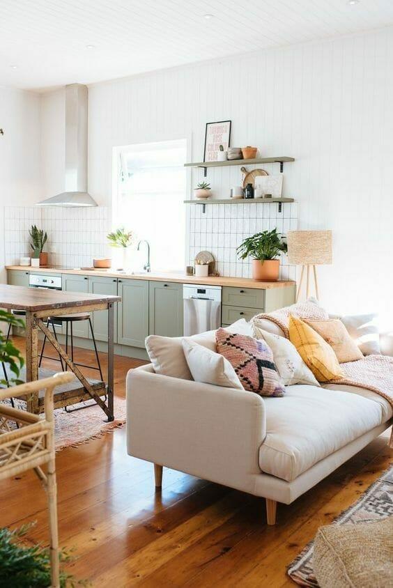 salon z aneksem kuchennym, kuchnia z zielonymi frontami