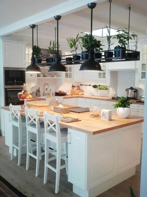 biała drewniana kuchnia z wysepką