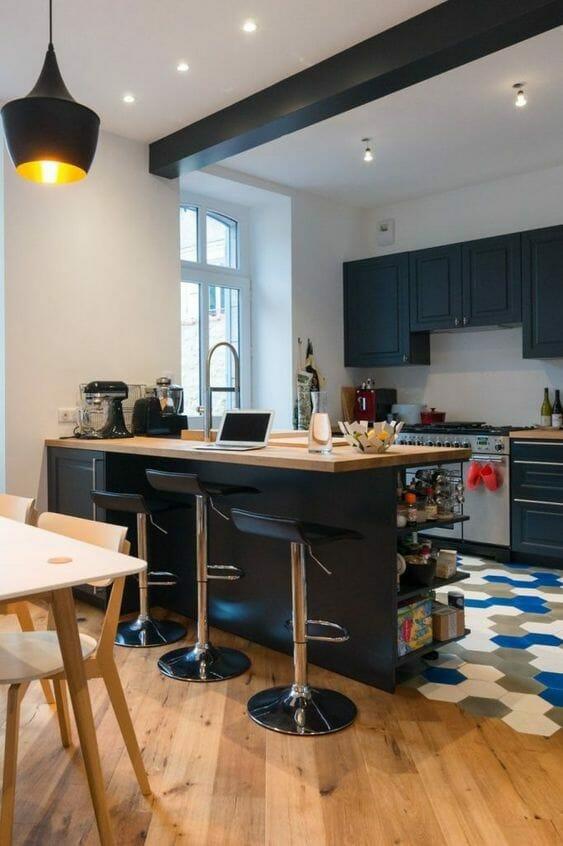 minimalistyczna kuchnia z wysepką i czarnymi frontami
