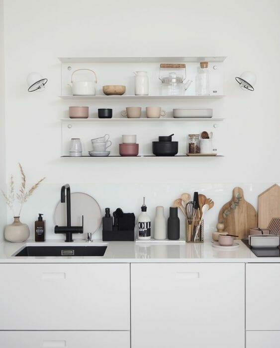 miała kuchnia w stylu minimalistycznym z półkami nad blatem