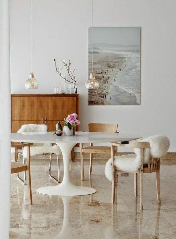 biało brązowa jadalnia z marmurowymi płytkami