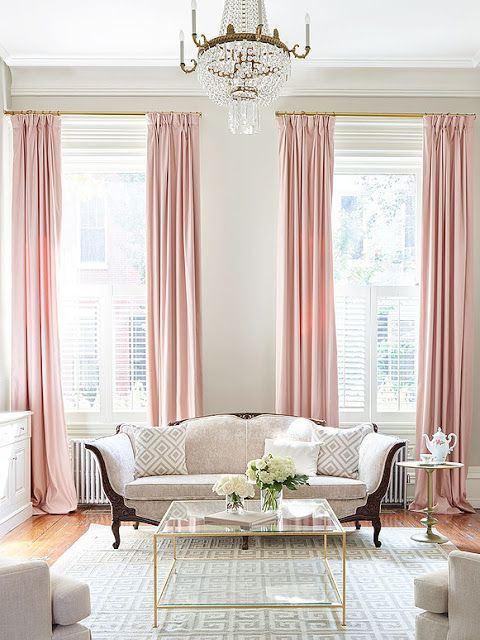 jasnoróżowe zasłony w beżowym salonie z kanapą styl glamour