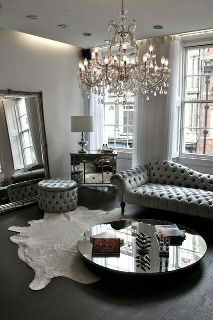 styl glamour w szarości salon kryształowy żyrandol