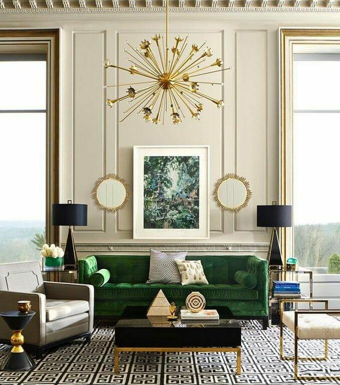 dywan we wzór złoty żyrandol zielona sofa kwadratowy stolik kawowy i fotel styl art deco