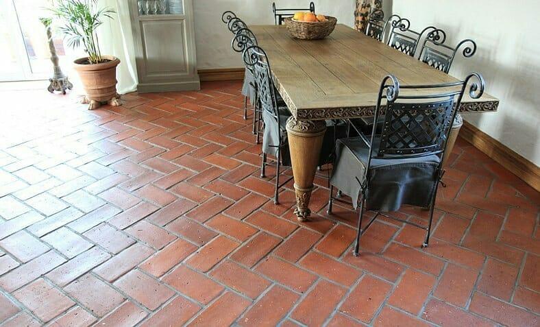 terra cotta na podłodze w salonie