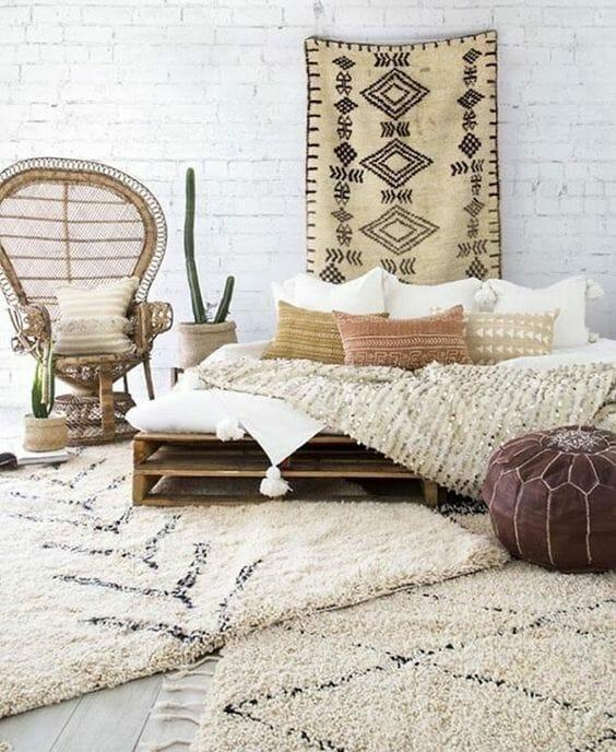 łóżko z palet w sypialni w stylu boho, peacock chair