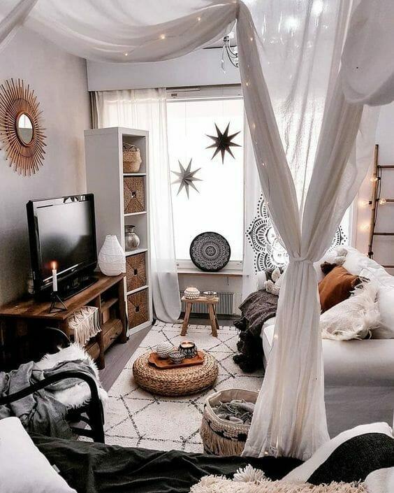 salonik w stylu boho - dywan, pufy, narzuty