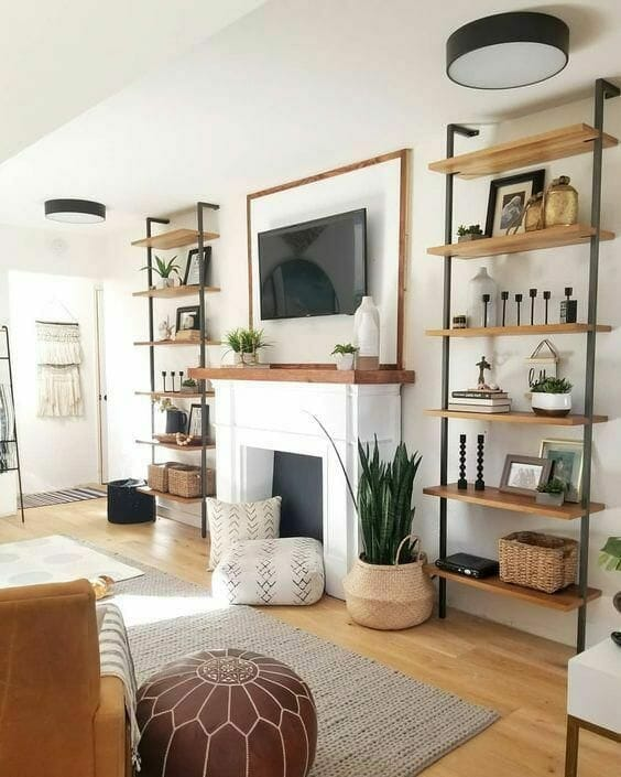 aranżacja wnętrz w stylu boho z roślinami w jutowych doniczkach drewniane regały z minimalistycznymi dodatkami