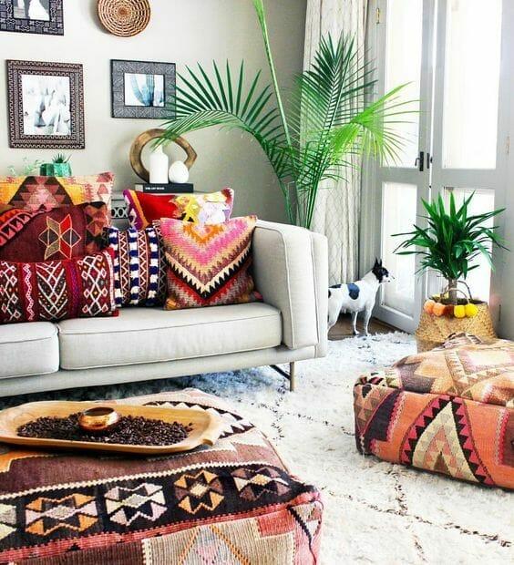 kolorowy salon w stylu boho duża palma i miękki dywan w pokoju dziennym
