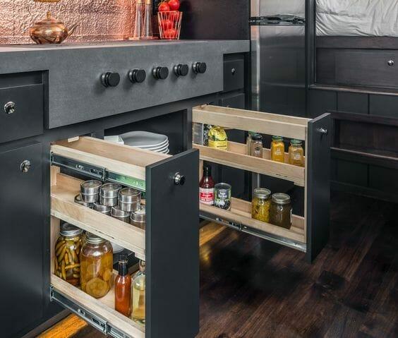 kuchnia z ciemnymi frontami szafki wysuwane w kuchni cargo