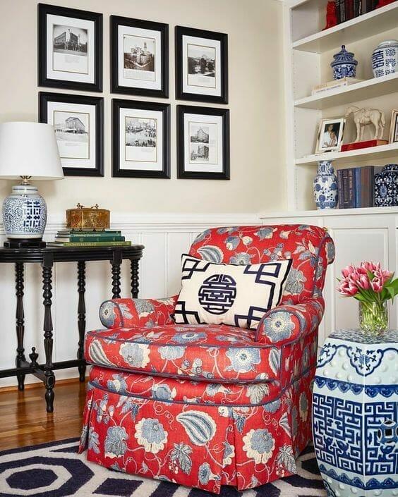 czerwony fotel w stylu chinoiserie