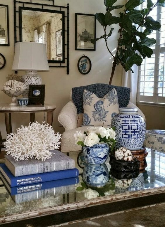 styl chinoiserie salon porcelanowa waza niebieskie książki
