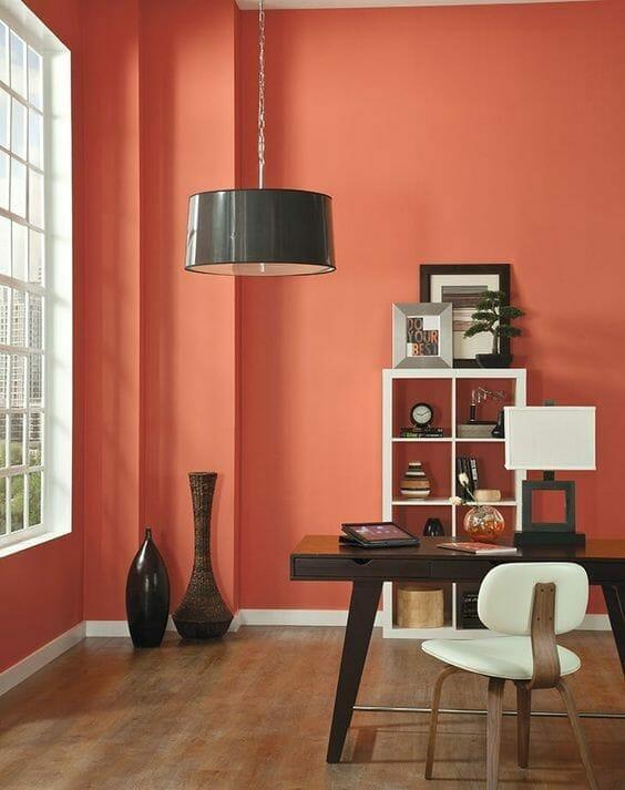 kolor pantone w salonie z beżowymi i brązowymi meblami w stonowanym kolorze