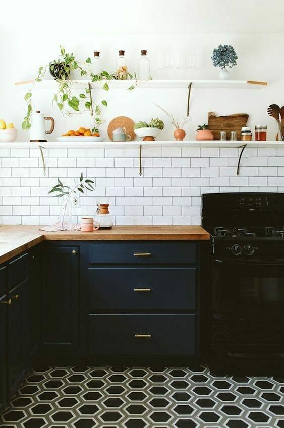 czarna modna kuchnia z granatowymi frontami minimalistyczna