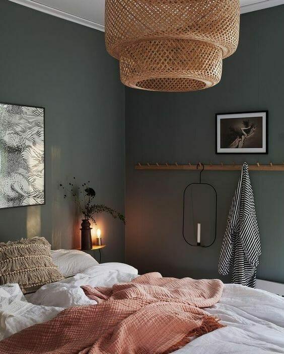 mała sypialnia z szarymi ścianami i bambusowym żyrandolem