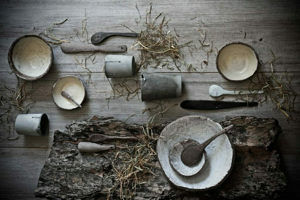 ceramika stara ułożona na stole