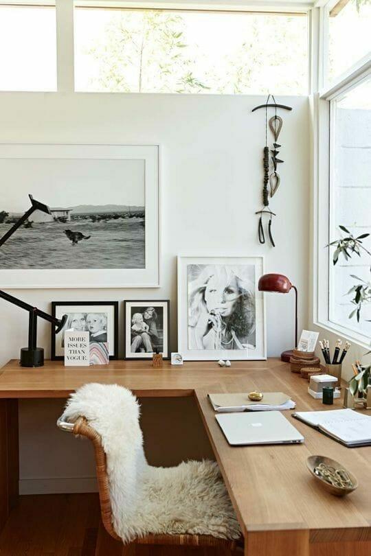 vogue autralia aranżacja wnętrz architekt wnętrz pamiątki z podróży zdjęcia w czarnych i białych ramkach drewniane biurko