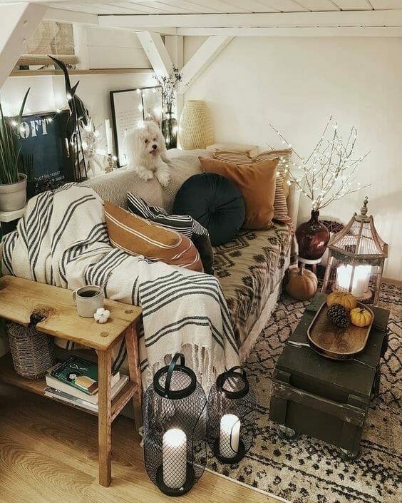 mały salon w stylu boho lniana narzuta na łóżku