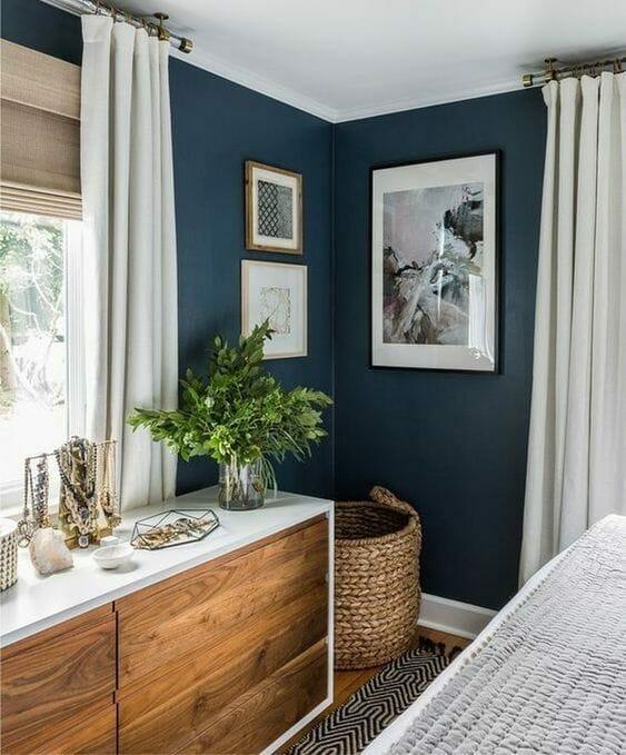 mała sypialnia, drewniana komoda, granatowe ściany