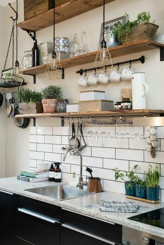 zioła w kuchni modna kuchnia w stylu rustykalnym z marmurowym blatem