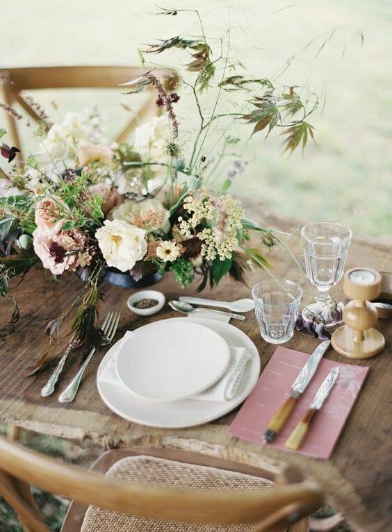nakrycie stołu polne kwiaty styl rustykalny