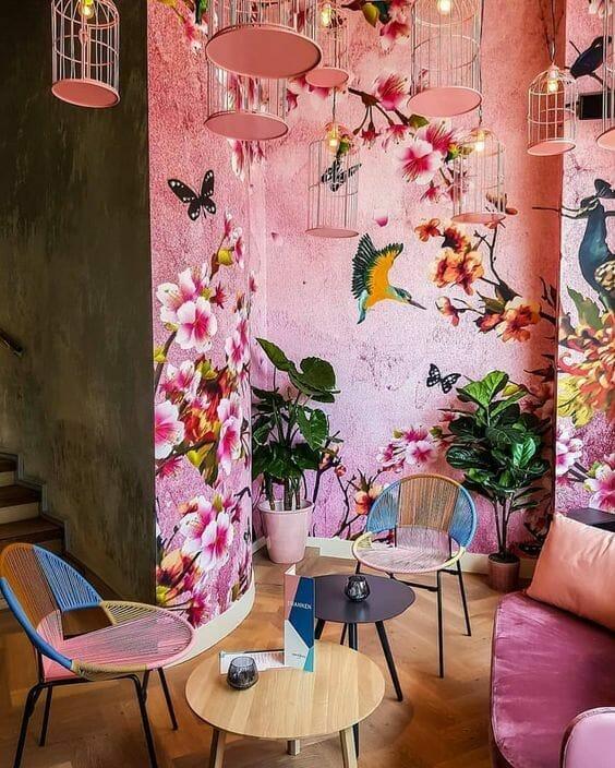 różowa tapeta florystyczna w kolibry, pawie i kwiaty