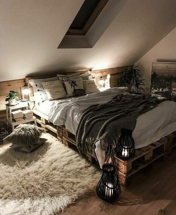 mała sypialnia łóżko z palet lampiony