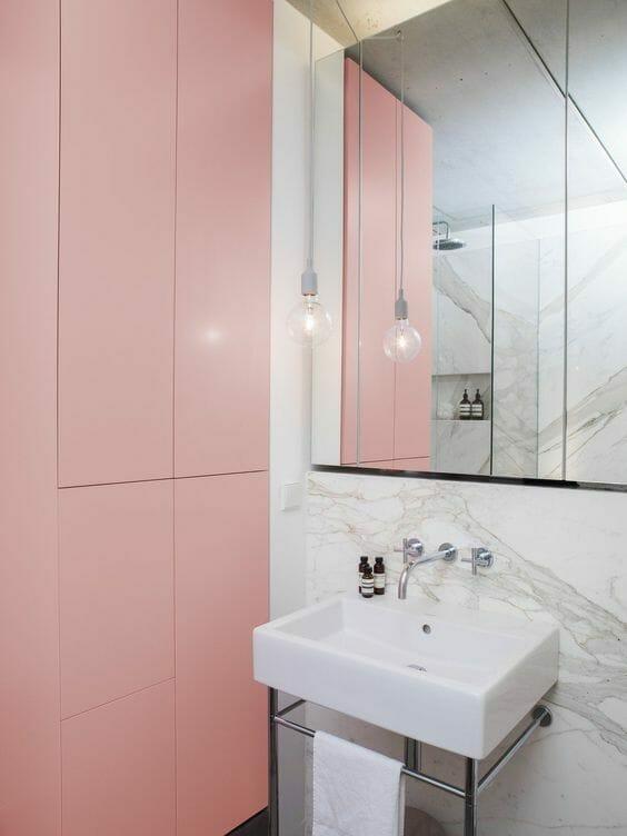 łazienka z szarym marmurem i różowymi szafkami