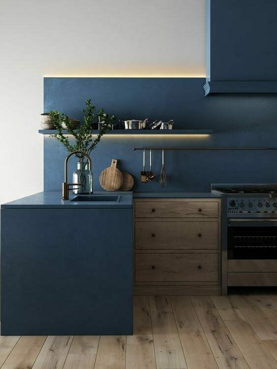 granatowa kuchnia z drewnianymi i metalowymi dodatkami z podświetleniem ledowym szafek