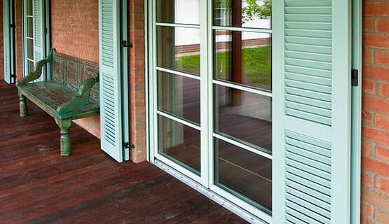 pistacjowe okiennice balkon taras cegła