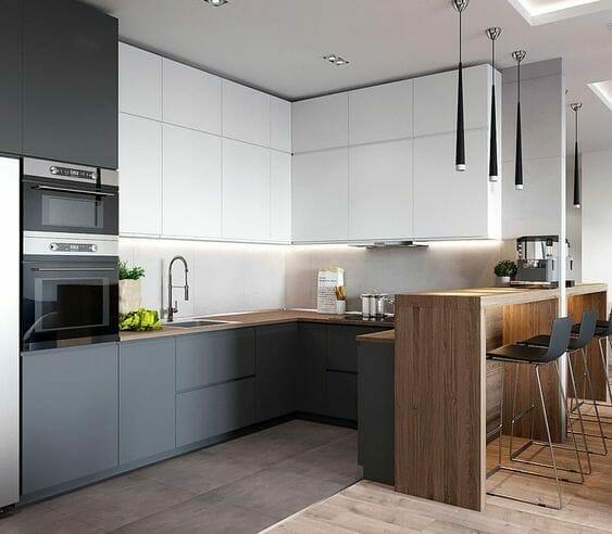 kuchnia w stylu skandynawskim w kolorze biało szarym z drewnianymi dodatkami czarne lampy sufitowe