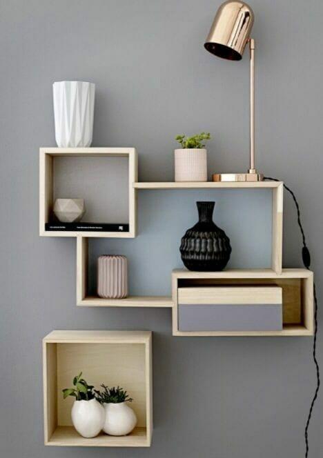 drewniane półki na ścianę i ceramika w jasnych kolorach