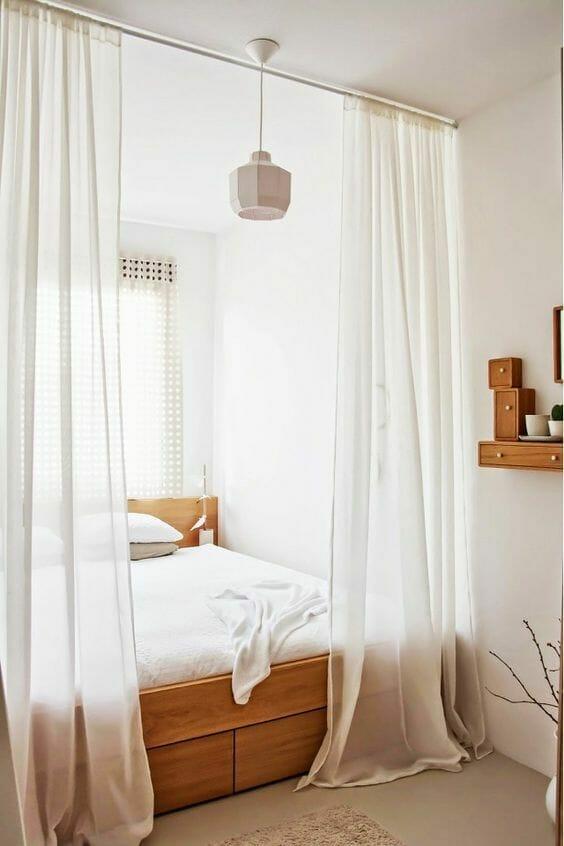 drewniane łóżko z zasłonami