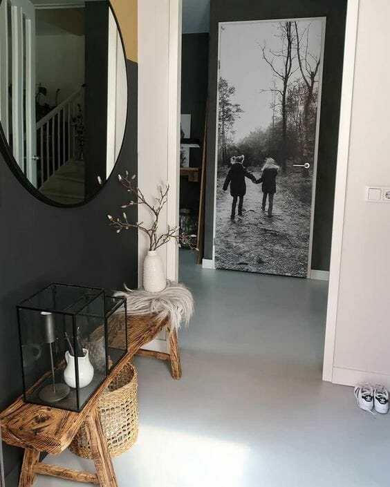 przed pokój w kolorze czerni i bieli fototapeta na drzwiach drewniana rustykalna ława