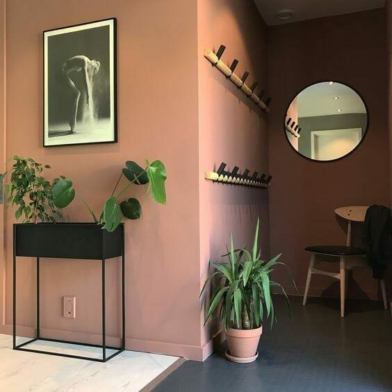 nowoczesny przedpokój w kolorze terracotta okrągle lustro siedzisko