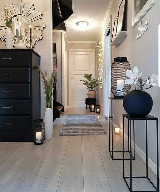 nowoczesny przedpokój czerne metalowe dodatki drewniana podłoga meble do przedpokoju