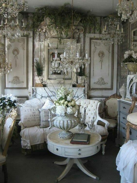 strojne pomieszczenie z żyrandolami i paprociami zwisającymi z sufitu, na pierwszym planie stolik z ogromnym wazonem z kwiatami i barokowa sofa, na ścianach dekoracyjna boazeria,