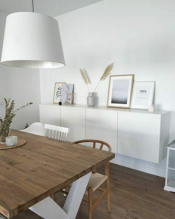styl skandynawski biała jadalnia z drewnianym stołem i białą lampą