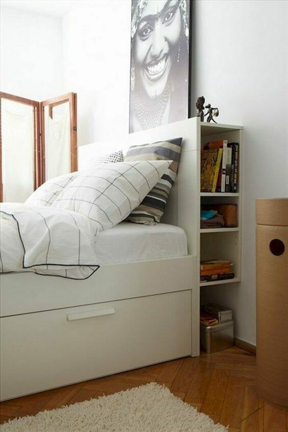 biała sypialnia i pościel, półki w zagłówku