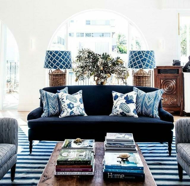 elegancka granatowa sofa salon w stylu hampton z niebieskimi akcentami