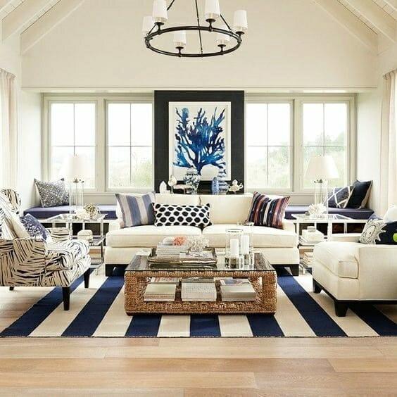 jasny duży salon w stylu hampton dywan w salonie