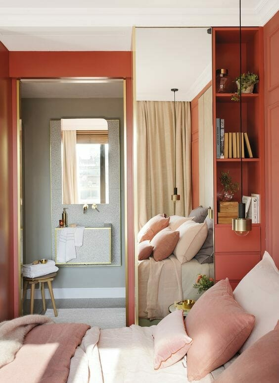 žemės spalvos, naudojamos miegamajame, kurioje dominuoja koralai ir pilka spalva