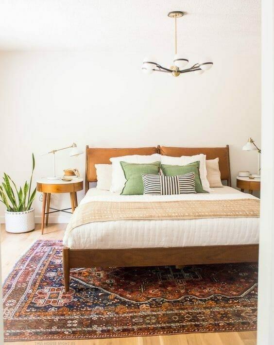 sypialnia w stylu vintage z kolorowym dywanem i tekstyliami